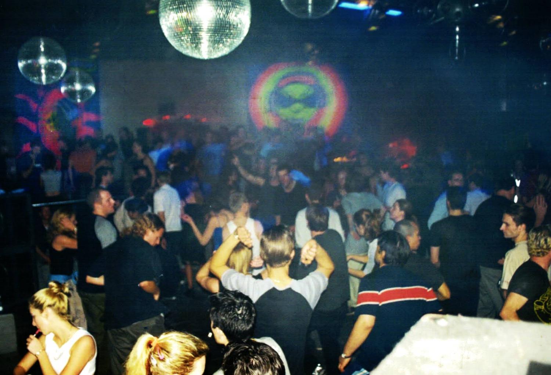 Sunny Side Up crowd taken in 2000 by Jamesen Re