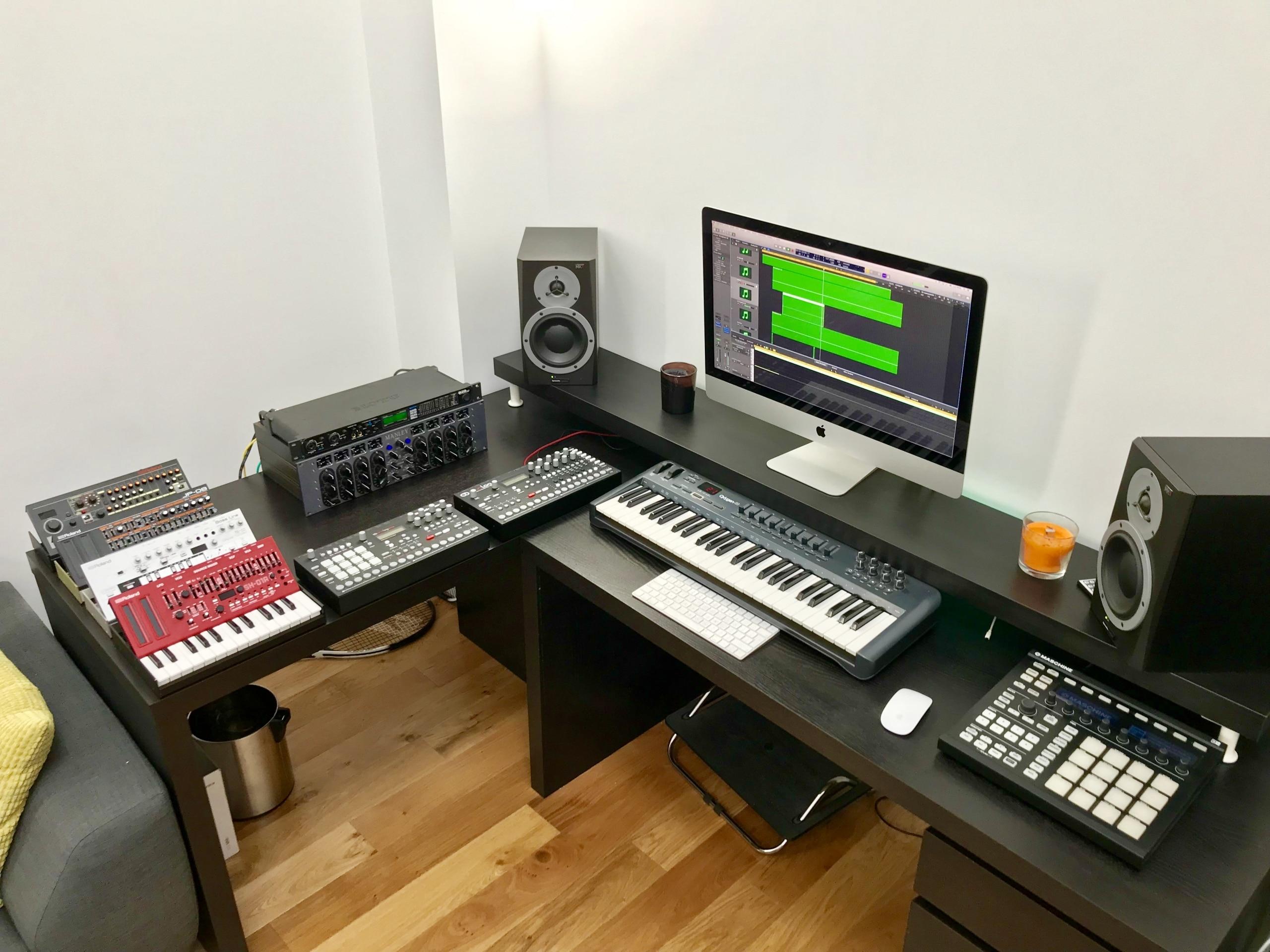 Ian Axide - Studio
